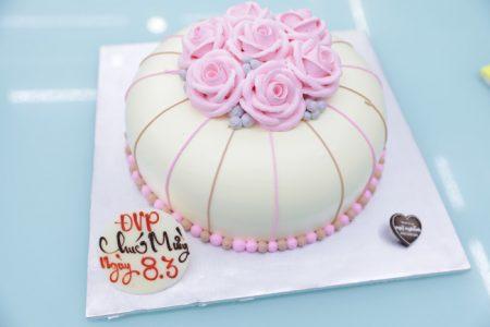 Bánh sinh nhật mừng ngày 08/03 tạo hình 3d hộp quà bắt hoa hồng siêu dễ thương